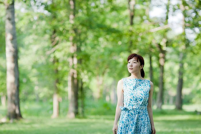 森の中で佇む女性